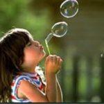 crianca-soprando-bolhas-de-sabao